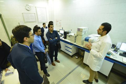 کارشناسان در حال بازدید از آزمایشگاهها